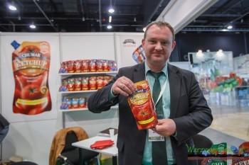 Maksim Żynkin prezentuje ketchupy produkowane przez firmę Chrumak