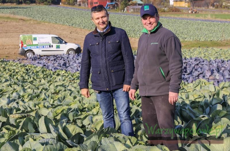Damian Micyk (z prawej) uprawiał kapustę korzystając z rozsady dostarczonej przez Gospodarstwo Ogrodnicze T. Mularski, co okazało się bardzo dobrym wyborem - z lewej Przemysław Słomiany
